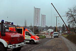 Auc die Feuerwehr ist am Pfaffenberger Weg zugegen. Die Bergungsarbeiten sollen bis etwa 20 Uhr andauern. (Foto: © Das SolingenMagazin)