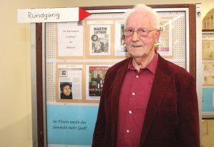 Siegfried Fley aus Burscheid ist Experte in Sachen Reformation. Er steuerte gut 130 Seiten zur Ausstellung im Rathaus bei. (Foto: © B. Glumm)