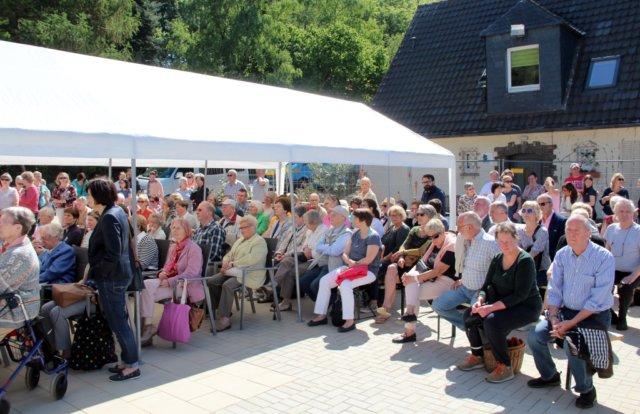 Am Samstag wurde das neue Solinger Hospiz am Botanischen Garten eingeweiht und mit einem Tag der offenen Tür verbunden. Zahlreiche Helfer, Unterstützer und auch Neugierige kamen. (Foto: © Bastian Glumm)