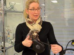 Christine Lacroix, 2. Vorsitzende des Vereins Museum Plagiarius e.V., begleitet die Besucher auf einem Rundgang durch die Ausstellung. Hier zeigt sie den ersten Negativ-Preis des Jahres 2017. Die Fälschung der Roll-Hundeleine hat eine defekte Aufrollmechanik. (Foto: © Martina Hörle)