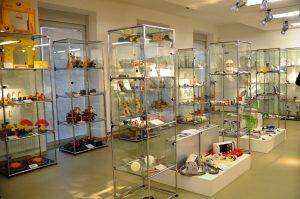 Diese Vitrinen zeigen einen Ausschnitt aus der umfangreichen Sammlung. Mehr als 350 Produkte sind in der Ausstellung zu besichtigen. (Foto: © Martina Hörle)