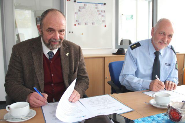 Ordnungsdezernent Jan Welzel (li.) unterschrieb am Donnerstag für die Stadt Solingen die Kooperationsvereinbarung mit der Polizei, die Robert Hall, Leiter der Polizeiinspektion Solingen, ebenso unterzeichnete. (Foto: © B. Glumm)