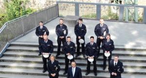 Nach abgeschlossenem Bachelor-Studium sind elf neue Polizeikommissarinnen und 26 neue Polizeikommissare des Polizeipräsidiums Wuppertal ab sofort für die Bürgerinnen und Bürger im Bergischen Städtedreieck im Einsatz. Acht junge Polizistinnen und Polizisten verstärken die Polizeiinspektion Solingen. (Foto: © Polizeipräsidium Wuppertal)