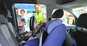 Verkehrssicherheitsberaterin Katrin Grastat von der Polizei informierte gestern gemeinsam mit Kollegen auf dem Neumarkt, wie man Kinder sicher im Fahrzeug als Mitfahrer befördert. (Foto: © Tim Oelbermann)
