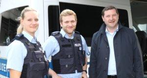 """Oberbürgermeister Tim Kurzbach (re.) war am Montag einen ganzen Tag mit der Polizei in Solingen unterwegs. Er begleitete Janine Gatzke und Moritz Nennmann im Streifenwagen und schaute sich später die """"Mobile Wache"""" an. (Foto: © Bastian Glumm)"""