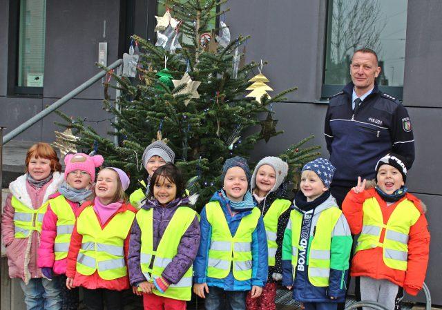 Polizeihauptkommissar Thomas Monscheuer begrüßte am Freitag gemeinsam mit seinen Kollegen die Kids der Kita Wichtelburg zum Schmücken des Weihnachtsbaumes. (Foto: © Das SolingenMagazin)