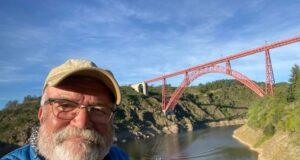 Uli Preuss und Jürgen Beu (nicht im Bild) sind heute mit der Six Bridges Rally an der sechsten und letzten Großbogenbrücke angekommen, dem Garabit-Viadukt in Frankreich. (Foto: © Team Friedensdorf)