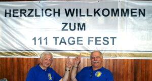Präsident Joachim Junker (li.) und Geschäftsführer Bernd Hawich feierten jetzt mit ihrer Ohligser Prinzengarde das 111-Tage-Fest. (Foto: © Prinzengarde Ohligs)