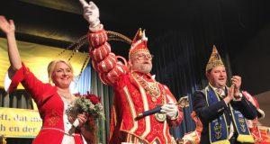 """Daniela I. und Michael I. wurden feierlich in der Ohligser Festhalle inthronisiert. Die Insignien der karnevalistischen """"Macht"""", Zepter, Federschmuck und Kette, überreichte Oberbürgermeister Tim Kurzbach. (Foto: © Bastian Glumm)"""