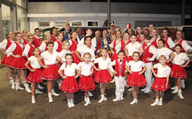 Die Tanzgruppen der KG Rot-Weiß Klingenstädter passen freilich nicht alle in den Neunsitzer, mit dem das Solinger Prinzenpaar während der Session unterwegs sein wird. (Foto: © Bastian Glumm)