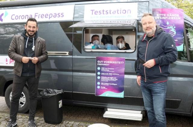 Levent Günes (li.) und Sascha Küll gründeten das Start-Up Pro Easy und bieten in Solingen gleich mehrere mobile Corona-Teststationen an. (Foto: © Bastian Glumm)