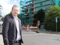 Raoul Brattig (FDP) an der Deller Straße, wo derzeit die Dependance der Erika-Rothstein-Schule saniert wird. (Foto: © Bastian Glumm)