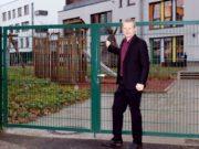 Raoul Brattig vor der Kita Klingenbande am Rathaus. Die Themen Kitas und Schulen liegen dem jungen FDP-Politiker besonders am Herzen. (Foto: © Bastian Glumm)