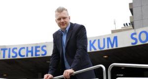 Oberbürgermeisterkandidat Raoul Brattig (FDP) wünscht sich, dass das Klinikum Solingen möglichst bald wieder in wirtschaftlich ruhigerem Fahrwasser unterwegs ist. (Foto: © Bastian Glumm)