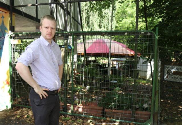 OB-Kandidat Raoul Brattig (FDP) vor dem inzwischen verwilderten Eingang zum ehemaligen Märchenwald Ittertal. Der Politiker wünscht sich in Solingen ein besseres Freizeitangebot. (Foto: © Bastian Glumm)