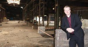 Raoul Brattig (FDP) in den leerstehenden Hallen der ehemaligen Firma Grossmann in Wald. Dieses Areal in ein zukunftsweisendes Projekt zu packen, könne seiner Meinung nach Signalwirkung für ganz Solingen haben. (Foto: © Bastian Glumm)