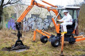 Neben dem Bohrer machte sich am Dienstagvormittag auf dem Gelände der ehemaligen Firma Rasspe auch ein Bagger ans Werk. (Foto: © Martina Hörle)