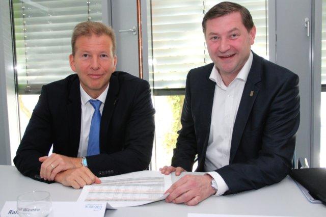 Kämmerer Ralf Weeke (li.) und Oberbürgermeister Tim Kurzbach informierten am Donnerstag über den Haushaltsentwurf der Stadt Solingen für das kommende Jahr. (Foto: © Bastian Glumm)