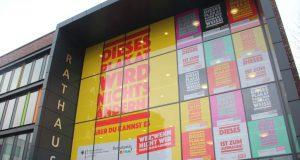 Unübersehbar am Rathaus werben 15 Plakate mit unterschliedlichen Slogans noch bis zum 1. Dezember für mehr gesellschaftliches. Engagement. (Foto: © B. Glumm)