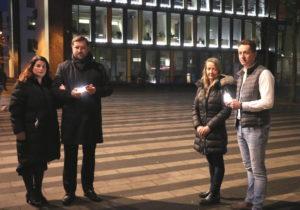 Nahmen die Lichtinstallation am Freitagabend in Betrieb: v.li. Ursula Linda und Tim Kurzbach mit Annabelle und Tobias Schleder von der Firma Ledlenser. (Foto: © Bastian Glumm)