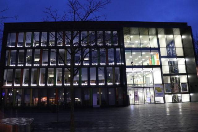 Am Freitagabend leuchteten 125 LED-Laternen in den Fenstern des Solinger Rathauses auf: ein Licht für jeden Solinger und jede Solingerin, die an der Viruserkrankung seit dem Beginn der Pandemie verstorben ist. (Foto: © Bastian Glumm)