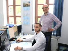 Dirk Rüttgers (re.) ist Geschäftsführer der Firma RCK Finanzmakler. Er bietet seinen Kunden Finanzdienstleistungen aus einer Hand. (Foto: © Bastian Glumm)