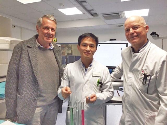 Fördervereins-Vorsitzender Dr. Teut-Achim Rust (li.) kam jetzt nicht mit leeren Händen in die Lukas-Klinik. Sehr zur Freude von Internist Dr. Gia Phuong Nguyen (mi.) und Chirurg Dr. Markus Meibert. (Foto: © Kplus Gruppe)