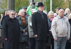 Leonid Goldberg (li.) ist Vorsitzender der Jüdischen Kultusgemeinde Wuppertal, zu der auch Solingen gehört. Rabbi David Vinitz (mi.) sprach am Freitag am Ort der ehemaligen Solinger Synagoge ein Gebet. (Foto: © Bastian Glumm)