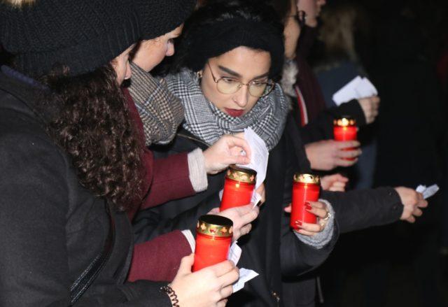 An die Novemberpogrome erinnerten am Samstagabend mehrere Hundert Solingerinnen und Solinger, die sich zum Gedenken am alten Hochbunker an der Malteser Straße trafen. Jenem Ort, wo bis 1938 die Solinger Synagoge stand. (Foto: © Bastian Glumm)