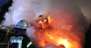 An der Hofschaft Birgden I in Remscheid brannten gestern 90 Heuballen in voller Ausdehnung. Die Polizei konnte zwei Verdächtige festnehmen. (Foto: © Tim Oelbermann)
