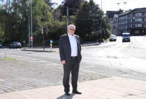 Richard Schmidt vor der Parkanlage Dickenbusch. Für den Erhalt der Grünanlage setzte sich die BV ein, gerne hätte er als Bezirksbürgermeister dort mehr gemacht. (Foto: © Bastian Glumm)