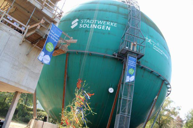 Es geht voran beim Ohligser Galileum. Der Turm neben dem ehemaligen Kugelgasbehälter ist im Rohbau fertig. (Foto: © B. Glumm)