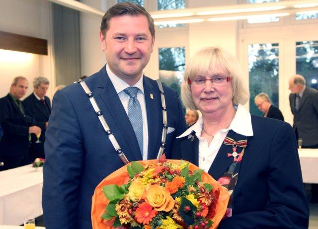 Am Montag wurde Rita Pickardt für ihr soziales Engagement das Bundesverdienstkreuz verliehen. Oberbürgermeister Tim Kurzbach war einer der ersten Gratulanten. (Foto: © Bastian Glumm)