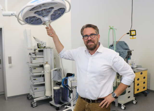 Unfallchirurg Dr. Robert Weindl ist Teil des Praxisteams der Chirurgisch-Orthopädischen Gemeinschaftspraxis in Solingen. Er hat sich auf das Thema Handchirurgie spezialisiert und führt jedes Jahr zahlreiche Operationen im praxiseigenen OP-Saal durch. (Foto: © Bastian Glumm)