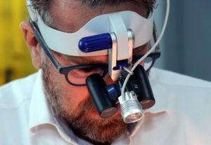 Die Handchirurgie ist eine diffizile Angelegenheit. Eine Lupenbrille hilft dabei, die Details im Auge zu behalten. (Foto: © Bastian Glumm)