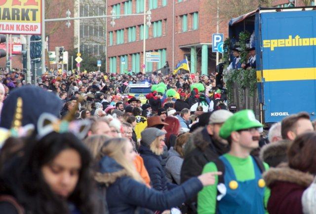 Gut 50.000 Besucher erwarten die Behörden am 4. März beim diesjährigen Rosenmontagszug. Mit insgesamt über 1000 angemeldeten Teilnehmerinnen und Teilnehmern könnte der Zug einen neuen Rekord aufstellen. (Archivfoto: © Bastian Glumm)
