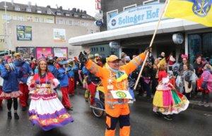 """Menderes """"Menni"""" Kalkan übernahm auch in diesem Jahr wieder die Führung des """"Zoch"""" und marschierte vorneweg, in der Hand eine blau-gelbe Solingen-Fahne. (Foto: © Bastian Glumm)"""