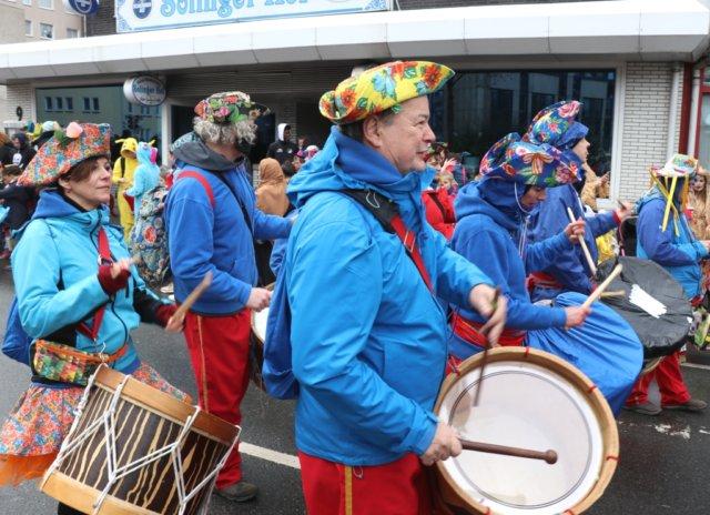 Der Rosenmontagszug setzte sich um 14.11 Uhr in Bewegung, mehr als 1.000 Jecken nahmen daran teil. (Foto: © Bastian Glumm)