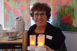 Diese drei LED-Kerzen, die Regina Uphoff in den Händen hält, sind ein Teil der Ausstattung des Snoezelen-Wagens. Kerzenlicht wirkt beruhigend und entspannt, ist daher hervorragend zur Schaffung einer positiven Atmosphäre geeignet. (Foto: © Martina Hörle)