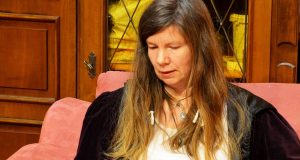 """Saga Grünwald (vormals Sandy Green) liest im Rahmen des Frauentages aus ihrem Roman """"Zaunkönigin"""". Ein Buch über Schicksale von Frauen, die zur Zwangsprostitution in NS-Konzentrationslagern gezwungen wurden. (Archvifoto: © Martina Hörle)"""
