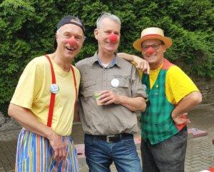 Die Clowns Ötti und Ferdi sorgten für gute Laune, sehr zur Freude von Thomas Gatawtzki-Köppchen (mi.). (Foto: © Sanitätshaus Köppchen)