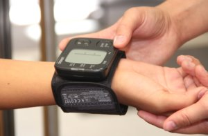 Moderne Blutdruckmessgeräte werden am Handgelenk angelegt und spucken in kürzester Zeit Werte aus. (Foto: © Bastian Glumm)