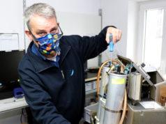 Thomas Gatawetzki-Köppchen vom Sanitätshaus Köppchen bei der Wartung eines Sauerstoffkonzentrators. (Foto: © Bastian Glumm)