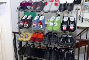 Bequeme und gesunde Pantoffeln mit kunterbunten Motiven eignen sich bestens als Weihnachtsgeschenk. (Foto: © Bastian Glumm)