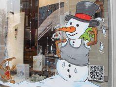 Das Sanitätshaus Köppchen hat sich für die diesjährige Winteraktion etwas besonderes einfallen lassen. Erstmals bemalte ein Künstler die Schaufenster und sorgte so für einen echten Hingucker. (Foto: B. Glumm)