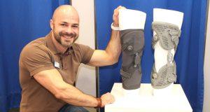Sascha Gevelhoff vom Ohligser Sanitätshaus Köppchen stellt Orthesen vor, die bei einer Arthrose im Kniegelenk getragen werden können. (Foto: © Bastian Glumm)