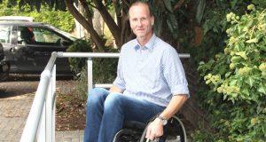 Thomas Liermann von der Firma Volaris präsentierte beim Aktionstag des Sanitätshauses Köppchen einen federleichten Rollstuhl aus Karbon. (Foto: © B. Glumm)
