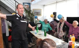 Andreas Lukosch vom WMTV kümmerte sich um das Bewegungsprogramm während des Nachmittags für Rollstuhlfahrer. (Foto: © B. Glumm)