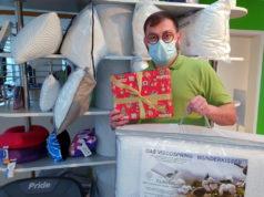 Im Sanitätshaus Köppchen gibt es zahllose Produkte, die sich als Weihnachtsgeschenk bestens eignen. Wie die Gesundheitskissen. (Foto: © Bastian Glumm)