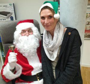Der Nikolaus nahm sich am Freitag Zeit für Kundinnen und Kunden sowie für die Mitarbeitenden des Sanitätshauses Köppchen. (Foto: © Sanitätshaus Köppchen)